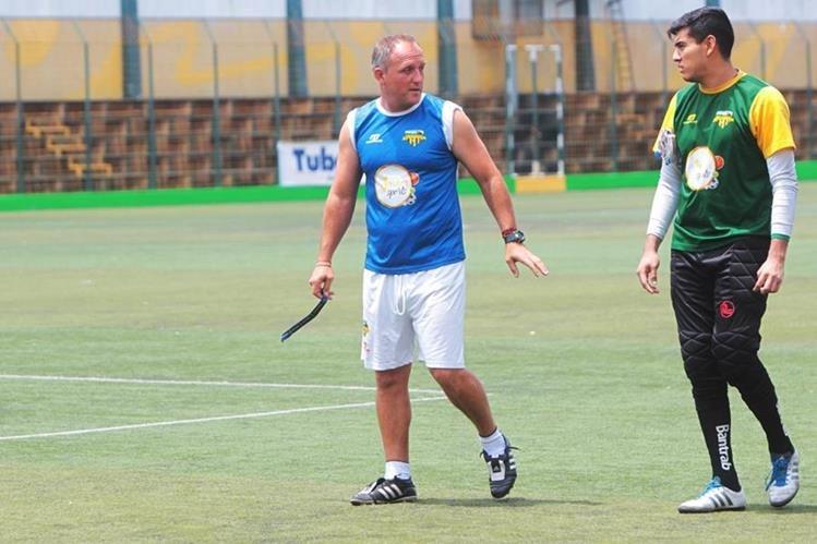 gentino Ramiro Cepeda —izquierda— conversa con el guardameta Luis Tatuaca. (Foto Prensa Libre: Norvin Mendoza)