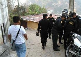 Agentes de la PNC allanan viviendas en la capital, en busca de presuntos extorsionistas. (Foto Prensa Libre: Érick Ávila)