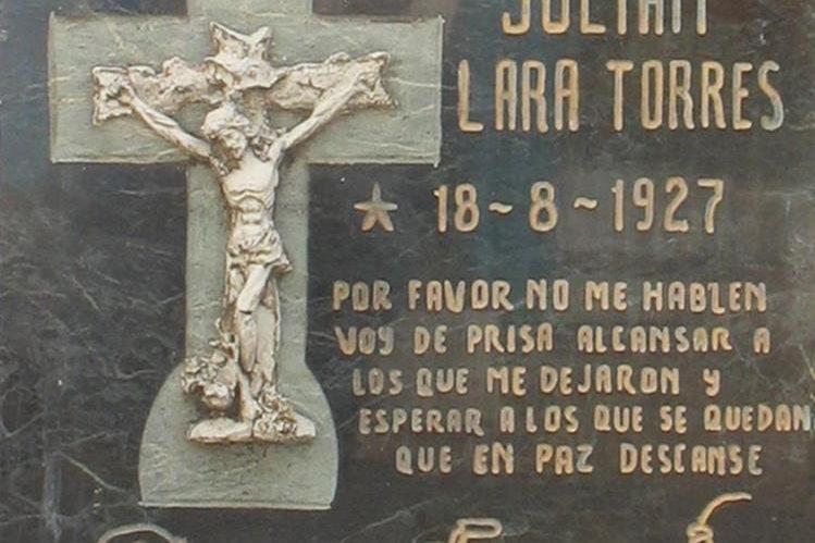 Lápida de Julián Lara Torres, colocada por él mismo, 12 años antes de morir.