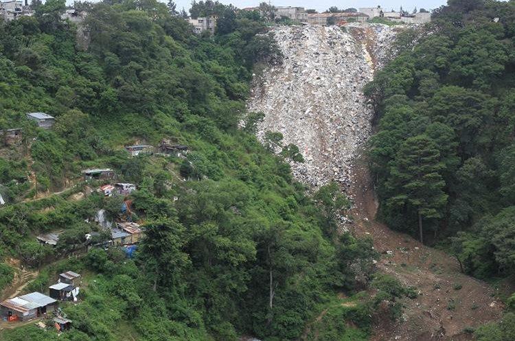 Vista del tiradero de ripio y basura en la zona 7, donde persiste riesgo para vecinos de asentamiento. (Foto Prensa Libre: Esbin García)
