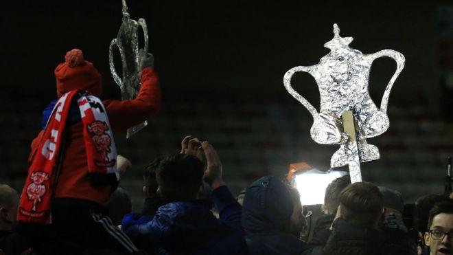 Una noche mágica. Los aficionados de Lincoln y Sutton no dejan de soñar con el trofeo que durante años fue el de mayor prestigio en Inglaterra. (Getty Images)