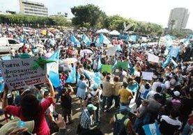 Guatemaltecos se reunen en la Plaza de la Constitución para protestar en contra de la corrupción. (Foto Prensa Libre: Álvaro Interiano)