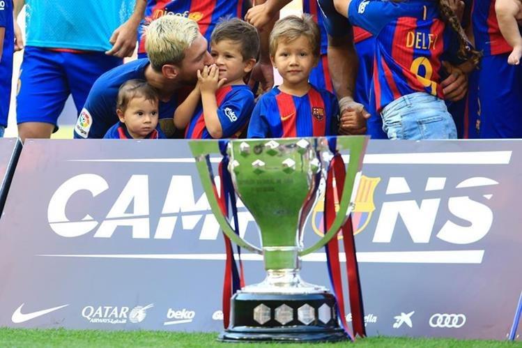 El pequeño Thiago buscará seguir los pasos de su padre en el Barcelona. (Foto Prensa Libre: AFP)
