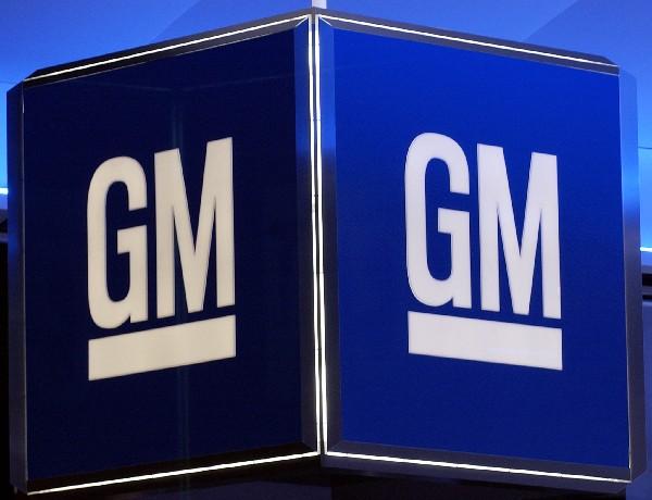 Logotipo corporativo de General Motors en el salón de Cobo en Detroit, Michigan.(AFP).