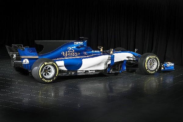 La escudería Sauber ha desvelado este lunes el monoplaza para el Mundial de Fórmula Uno de 2017. (Foto Prensa Libre: EFE).