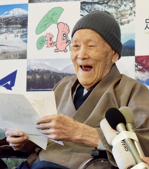 A sus 112 años lee los periódicos todos los días. (Foto Prensa Libre: AFP)