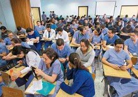 Médicos residentes se mantendrán en asamblea permanente hasta que les paguen los bonos pendientes. (Foto Prensa Libre: Estuardo Paredes)