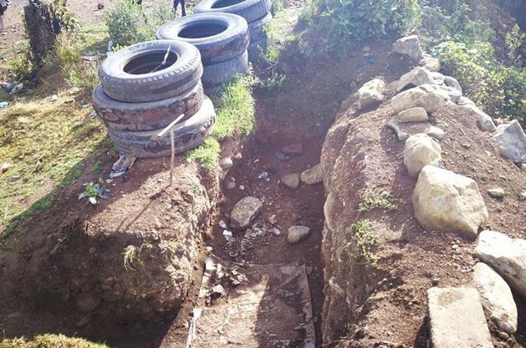 Casi un metro de hondo tienen los agujeros en la tierra.