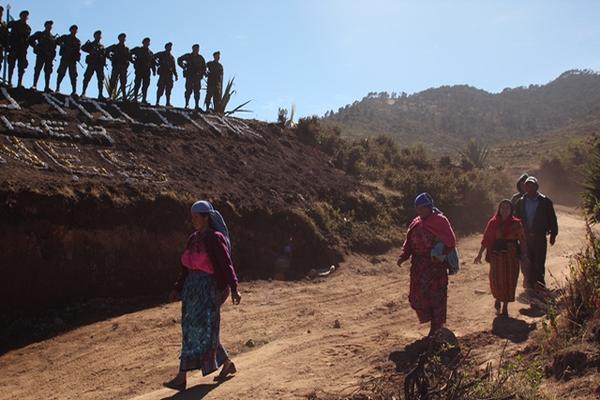 <p>Soldados vigilan zona de conflicto en Villa Nueva, Ixchiguán, San Marcos. (Foto Prensa Libre: Aroldo Marroquín)</p>