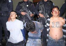 Tres de los cuatro presuntos delincuentes, sindicados de haber atacado a dos jóvenes en Chimaltenango. (Foto Prensa Libre:)