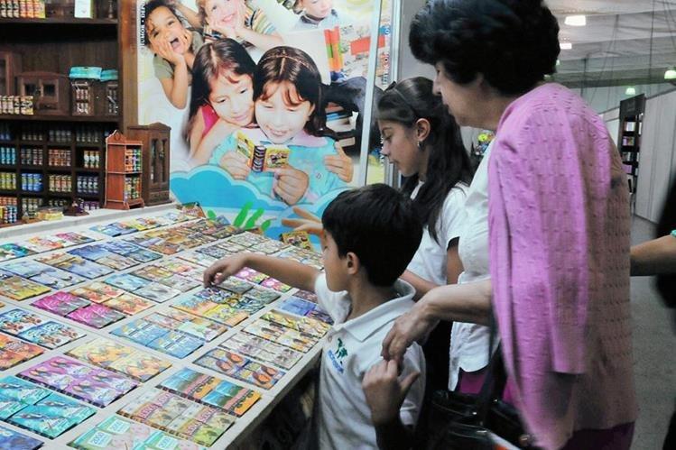 Padres de familias acuden a Filgua con sus hijos para inculcar en ellos el amor por los libros. (Foto Prensa Libre: Ana Lucía Ola)