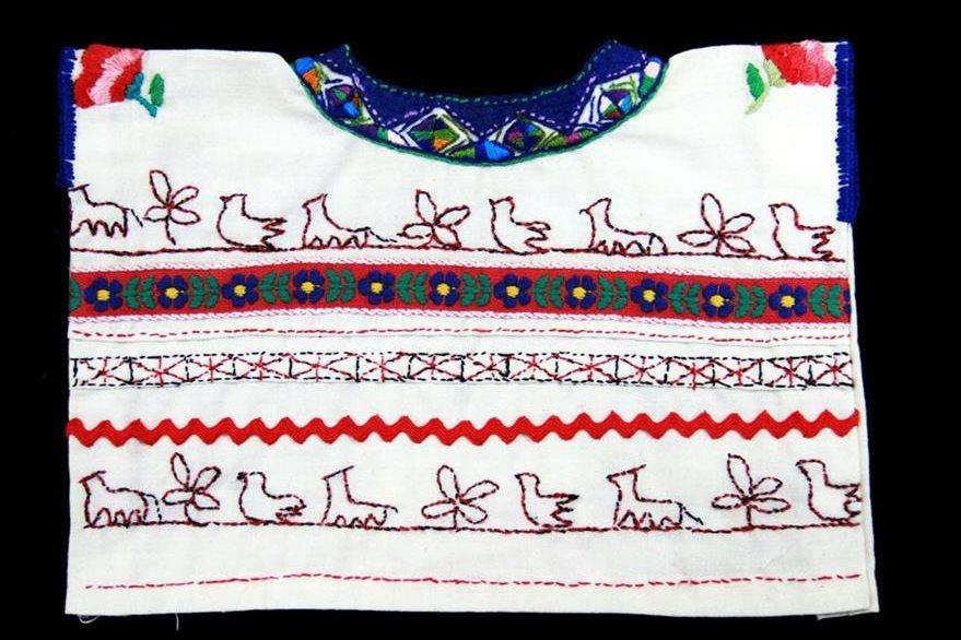 Aguacatán, Huehuetenango. La réplica muestra el diseño tradicional del huipil de esta población en el que destacan figuras de la fauna y flora local. Actualmente contiene muchos más adornos en los que predomina el anaranjado fuerte.  Foto Prensa Libre: Museo Ixchel del Traje Indígena.