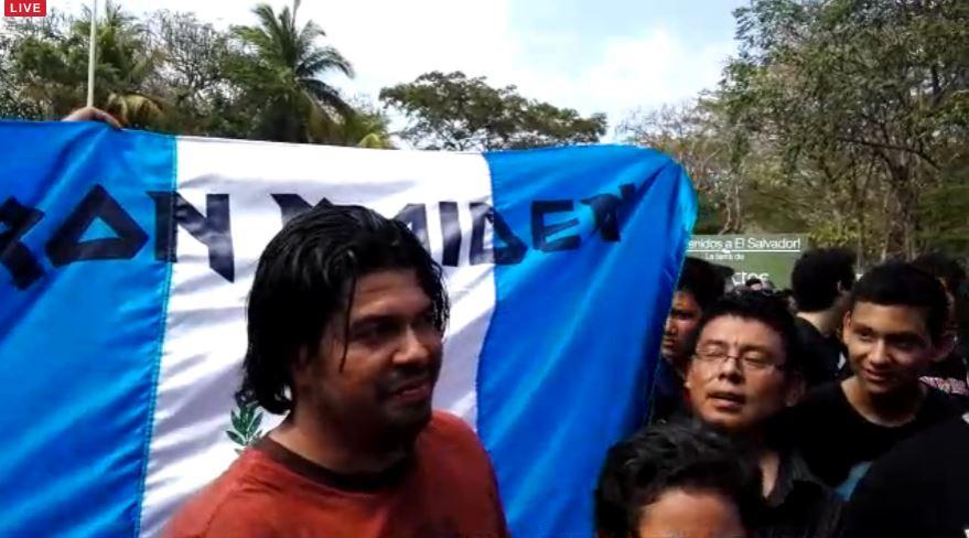 Fanáticos guatemaltecos también llegaron al aeropuerto a esperar la llegada de Iron Maiden. (Foto Prensa Libre: La Prensa Gráfica)
