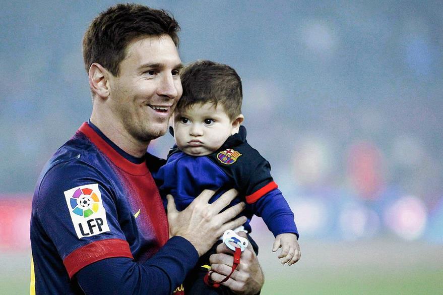Messi carga a su hijo Thiago en 2013. (Foto: EFE)