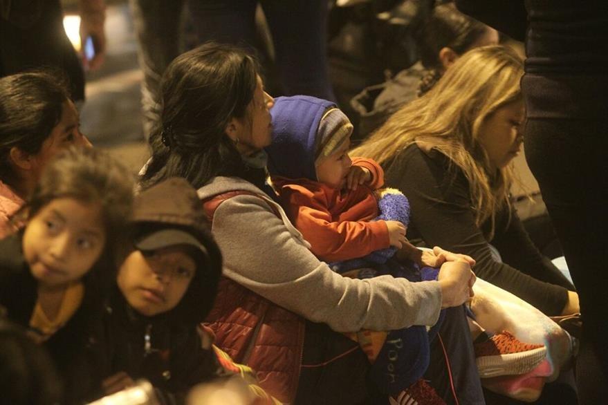 Guatemaltecos observan el espectáculo de luces. (Foto Prensa Libre: Álvaro Interiano)