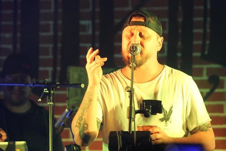 Rodrigo Zarco, vocalista de Tijuana Love y de El Clubo, durante una de las presentaciones (Foto Prensa Libre: José Andrés Ochoa).