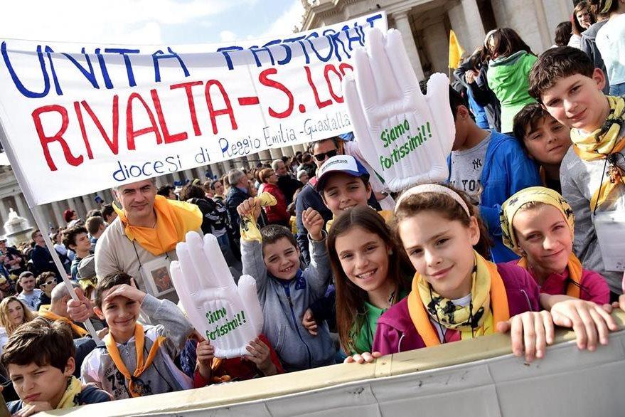 Niños y jóvenes asisten a cita con el Papa. (EFE)
