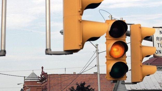 El día en que los autos se carguen cuando están parados frente a un semáforo quizás la gente tenga más paciencia con la luz roja. (GETTY IMAGES)