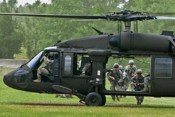Mitares estadounidenses abordan  un helicóptero en la Base Aérea Eglin, Florida. (Foto Prensa Libre:APAP