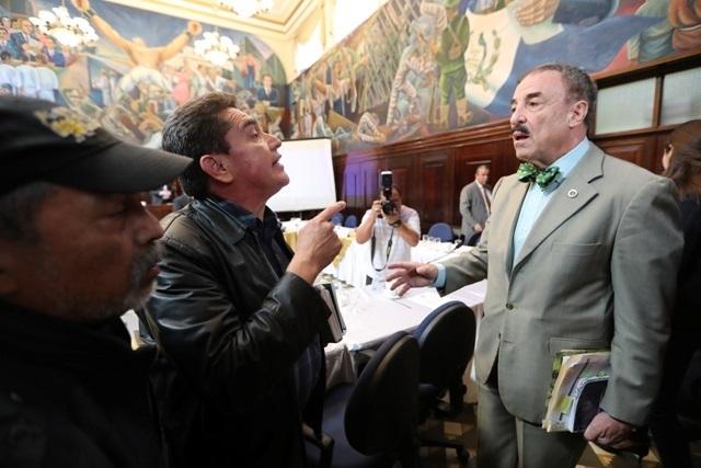 Momento en el que Joviel Acevedo líder magisterial reclama al diputado Fernando Linares Beltranena del PAN. (Foto Prensa Libre: Érick Ávila).