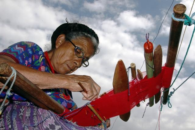 Tejedora de Sumpango, Sacatepéquez, elabora un güipil ceremonial, en el que se refleja la historia de un pueblo a través del arte ancestral. (Foto Prensa Libre: Cortesía Victorino Tejaxún)
