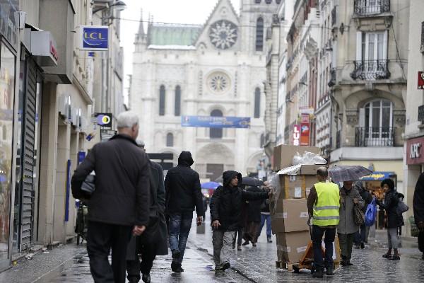 La Policía investiga un edificio de apartamentos en Seine-Saint-Denis,Francia.