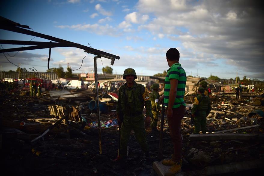 Rescatistas aún laboran para encontrar a víctimas de la tragedia. (Foto Prensa Libre: AFP).