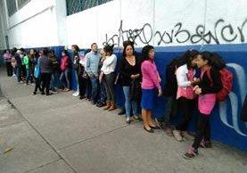 Personas hacen fila para inscribir a sus hijos en el instituto Inca. (Foto Prensa Libre: Estuardo Paredes)