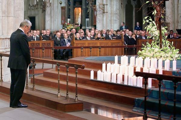 El presidente alemán, Joachim Gauck participa en la ceremonia a las víctimas del accidente de avión de Germanwings. (Foto Prensa Libre:AFP)AFP