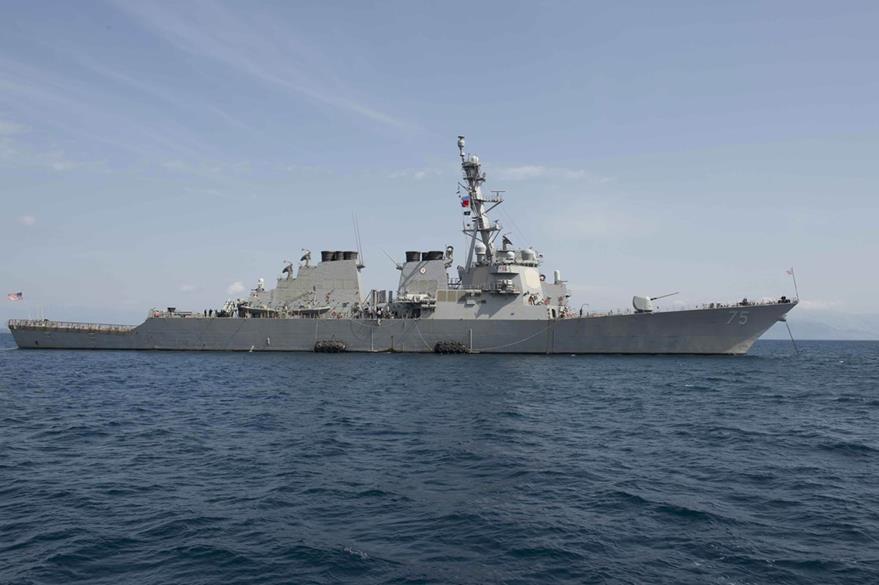 El buque de la marina estadounidense que fue sobrevolado por Rusia. (Foto Prensa Libre: AFP).