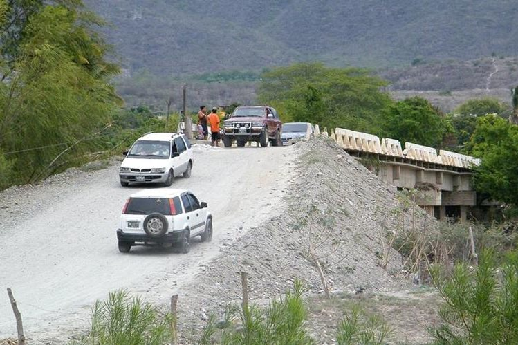 Decenas de vehículos utilizan el deteriorado puente El Palmo para llegar o salir de El Jícaro, El Progreso. (Foto Prensa Libre: Héctor Contreras)