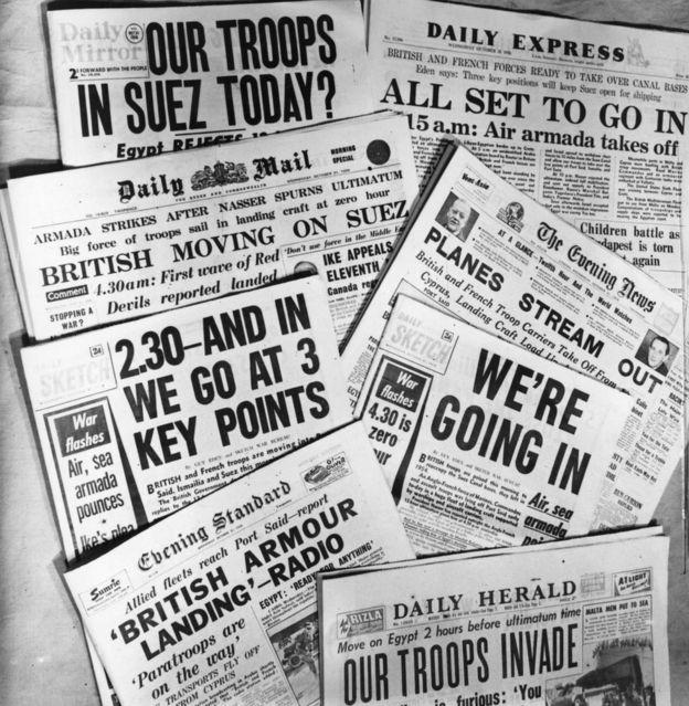 Titulares de la prensa británica el 31 de octubre de 1956 sobre la crisis de Suez. G. GODDEN