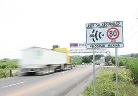 Un rótulo advierte a los automovilistas el límite de velocidad con el que se puede circular en Escuintla. (Foto Prensa Libre: Enrique Paredes).
