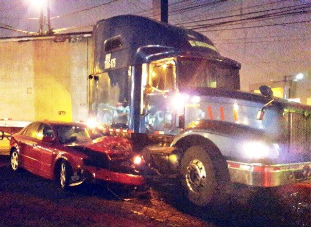 Un automóvil quedó semidestruido luego de chocar con un tráiler en la calzada Roosevelt. (Foto Amílcar Montejo)