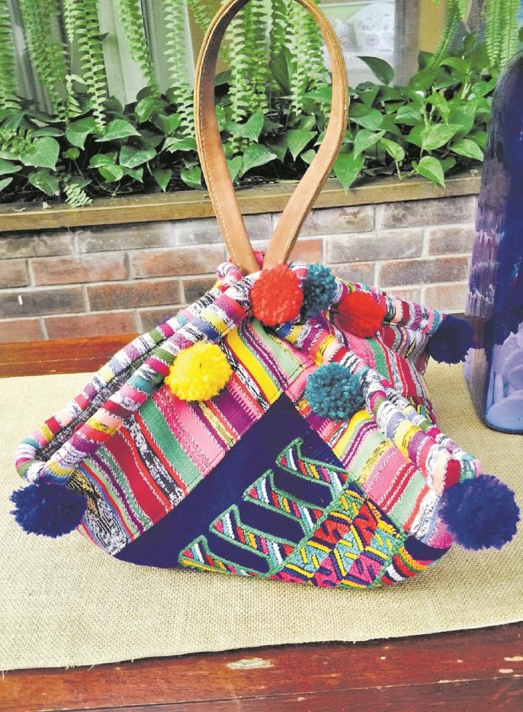 La colección de la diseñadora guatemalteca incluye bolsos creados con tejidos tradicionales  guatemaltecos. Algunas piezas están adornadas con borlas. (Foto Prensa Libre: downtoxjabelle)