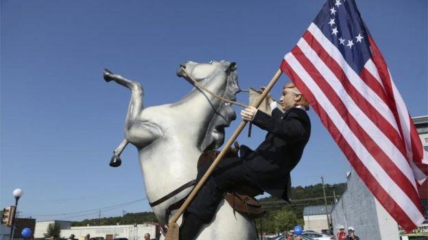Algunos relacionan a la bandera Betsy Ross con el candidato republicano Donald Trump. AP
