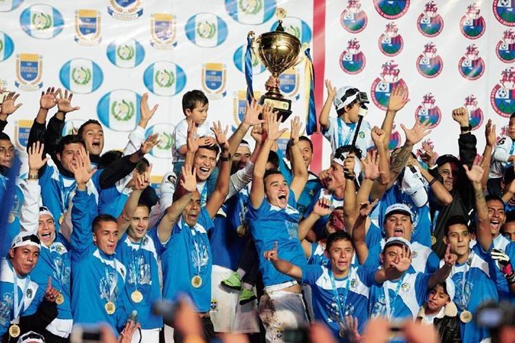 Comunicaciones celebró el hexacampeonato del balompié nacional; ahora espera lograr el título 31. (Foto Prensa Libre: Hemeroteca PL)