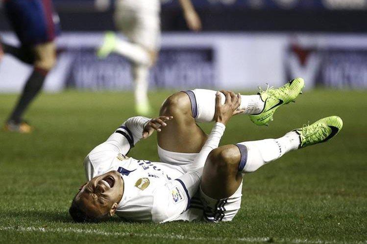 Danilo quedó tendido en el suelo luego de la lesión. (Foto Prensa Libre: EFE)