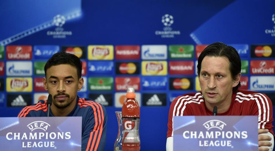 El técnico del Bayer Leverkusen Roger Schmidt y el defensa Karim Bellarabi durante la conferencia de prensa previa al juego ante el Barsa. (Foto Prensa Libre: AP)