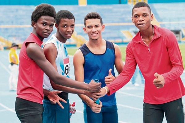 El equipo de relevos se quedó con el nuevo récord nacional. .