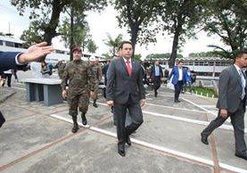 El presidente Jimmy Morales durante su visita a la sede del Cuerpo de Ingenieros del Ejército. (Foto Prensa Libre: Esbin García).