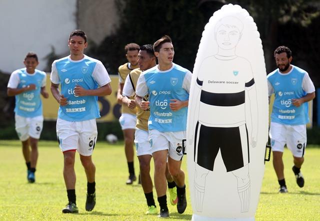Carlos Gallardo (izquierda) durante el entrenamiento de este viernes. (Fotografía Edwin Fajardo)