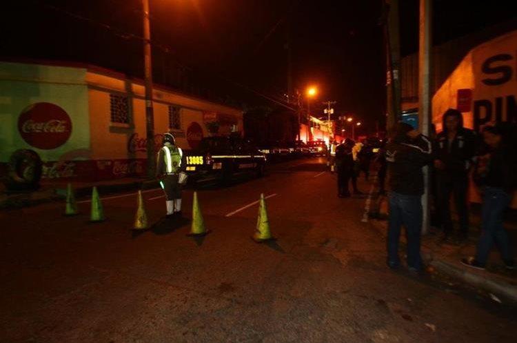 La PMT hizo cierres vehiculares afuera de la correccional Las Gaviotas, zona 13. (Foto Prensa Libre: Álvaro Interiano).