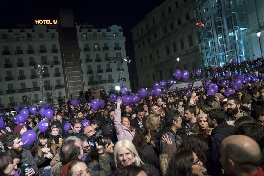 Simpatizantes de Podemos celebran los resultados de los primeros sondeos en la Plaza del Reina Sofía, en Madrid. (Foto Prensa Libre: EFE).