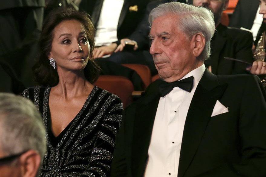 El premio Nobel de Literatura Mario Vargas Llosa y su pareja Isabel Preysler asistieron a la ceremonia de la 30 edición de los Premios Goya. (Foto Prensa Libre: EFE)