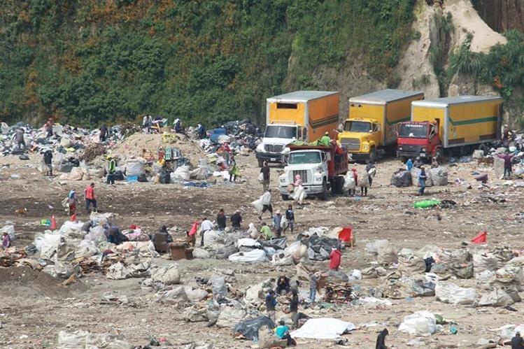 Recolectores de basura trabajan con normalidad en la zona 3 capitalina. Sin embargo, el 14 de septiembre último el servicio fue paralizado durante varios días en distintas zonas de la capital y Mixco. (Foto Prensa Libre: Estuardo Paredes)