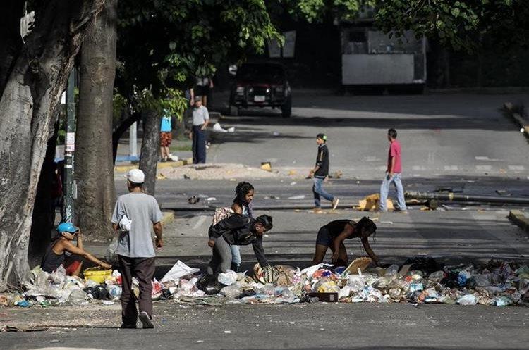 Un cúmulo de basura en una calle  de Caracas durante el segundo día del paro. (EFE).