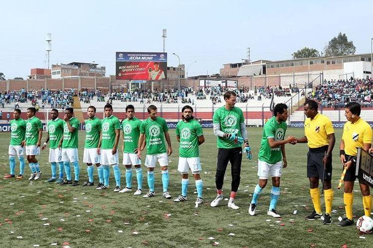Los jugadores del Sporting Cristal lucen las camisetas verdes. (Foto Prensa Libre: EFE)