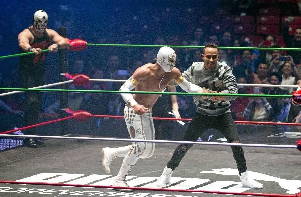 El piloto británico Lewis Hamilton aprovechó para presenciar y practicar un poco de lucha libre, en México. (Foto Prensa Libre: AP)