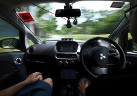 Fotografía de un viaje de prueba en un vehículo autónomo con conductor de seguridad, a la derecha, en Singapur. nuTonomy planea lanzar los taxis a todo público en 2018. (Foto Prensa Libre: AP).